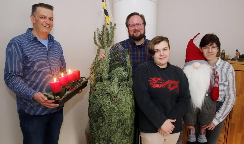 Weihnachten in der Eberhardstraße 26: (v.l.) Markus Emonts (EJBL - Zentrale Dienste) und Julian Theis (Betreuer) mit Hella und Lucy. © Roland Keusch